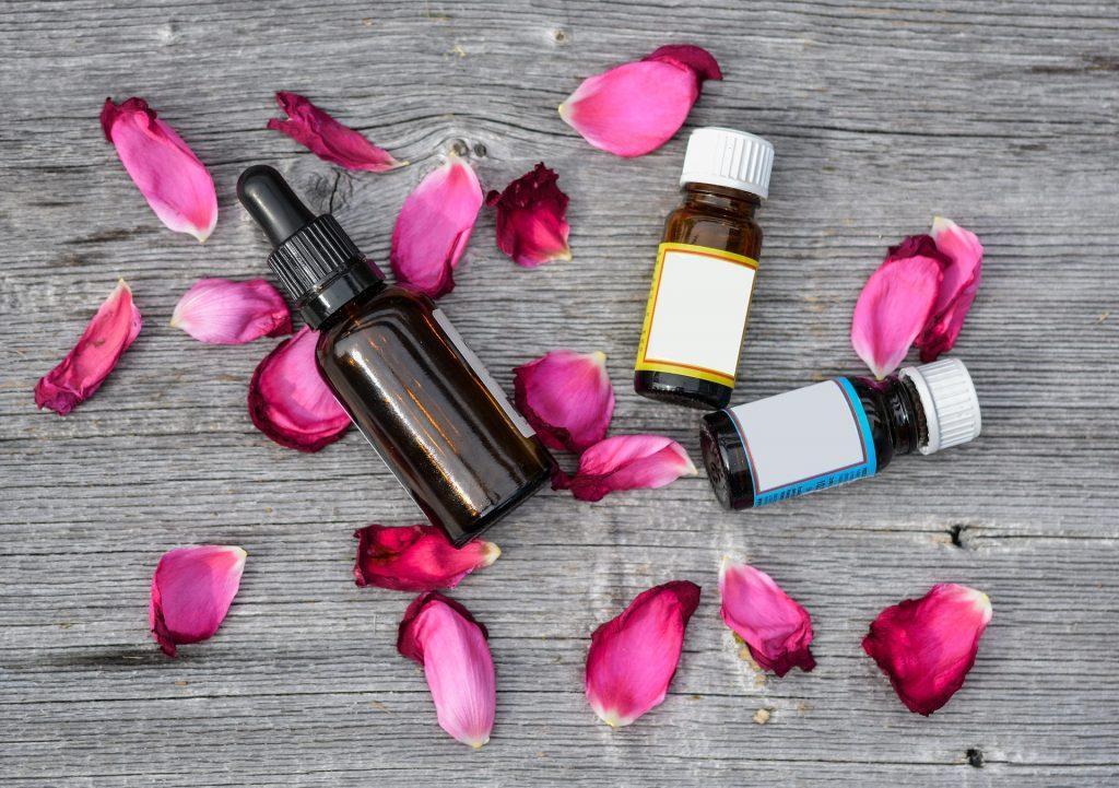 rózsaolaj és rózsaszirmok